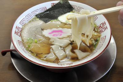 ほうとう麺をラーメンスープで食べる新名物「ラーほー」=山梨県笛吹市春日居町の「めんや なないろ」で