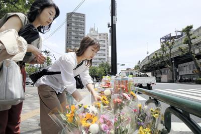 母子が亡くなった事故の現場で献花する人々=東京都豊島区で5月18日、玉城達郎撮影