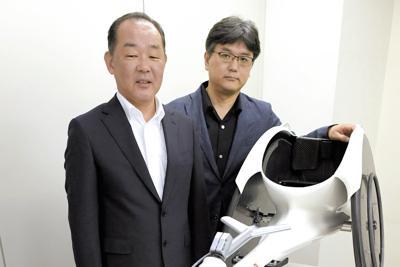 ホンダの競技用車いす「翔」。社会活動推進室長の宮崎光明さん(左)とデザイナーの輿石健さんは「勝利の笑顔をアスリートに届ける」との思いで取り組んでいる=東京都港区で2019年6月26日、藤井太郎撮影