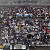 参院選が公示され、候補者の第一声を聞こうと集まる有権者たち=東京都新宿区で2019年7月4日午前10時31分、本社ヘリから喜屋武真之介撮影(画像の一部を加工しています)