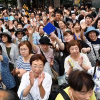 参院選が公示され、候補者の第一声に耳を傾ける有権者ら=神戸市中央区で2019年7月4日午前11時4分、猪飼健史撮影(画像の一部を加工しています)