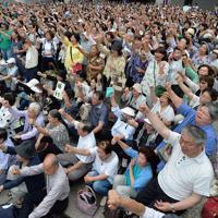 参院選が公示され、気勢を上げる支持者たち=大阪市北区で2019年7月4日午前10時44分、木葉健二撮影(画像の一部を加工しています)