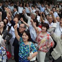 参院選が公示され候補者の出陣式で気勢を上げる有権者ら=名古屋市内で2019年7月4日午前10時31分、兵藤公治撮影