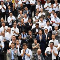 候補者の第一声に拍手をする支持者ら=名古屋市内で2019年7月4日午前10時23分、大西岳彦撮影