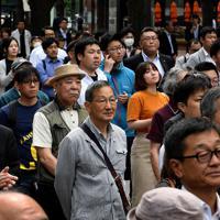 参院選が公示され、候補者の第一声に耳を傾ける有権者=札幌市中央区で2019年7月4日、竹内幹撮影