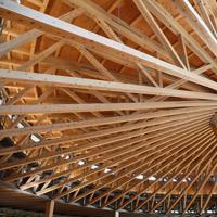 秋田杉を使った半円2階建ての美しい建物は「本のコロセウム」をテーマにデザインされ、大きな傘型屋根が目を引く=秋田市の国際教養大学で2019年6月、佐々木順一撮影