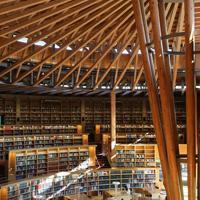 秋田杉を使った半円2階建ての美しい建物は「本のコロセウム」をテーマにデザインされ、学生たちは落ち着いた雰囲気の中で集中して読書や勉強ができる=秋田市の国際教養大学で2019年6月、佐々木順一撮影