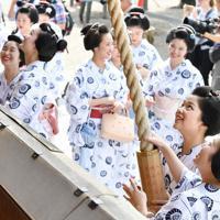 みやび会のお千度で、八坂神社に参拝する芸舞妓ら=京都市東山区で2019年7月4日午前9時36分、川平愛撮影