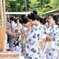 みやび会のお千度で、八坂神社に参拝する芸舞妓ら=京都市東山区で2019年7月4日午前9時37分、川平愛撮影