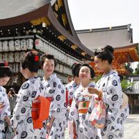 みやび会のお千度で、八坂神社に参拝する芸舞妓ら=京都市東山区で2019年7月4日午前9時47分、川平愛撮影