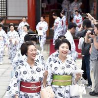 みやび会のお千度で、八坂神社に参拝する芸舞妓ら=京都市東山区で2019年7月4日午前10時16分、川平愛撮影