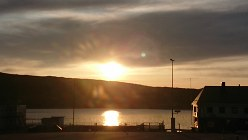 白夜の季節を迎えたキルキネスでは午後11時近くに「夕日」が照っていた=ノルウェー北東部キルキネスで2019年6月4日、大前仁撮影