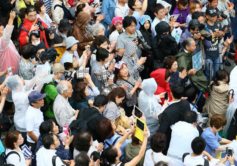 参院選が公示され、立候補者の訴えに耳を傾ける人たち=東京都新宿区で2019年7月4日午前10時、佐々木順一撮影
