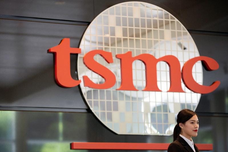 台湾・新竹市のTSMC本社。ファーウェイのスマートフォンに搭載の半導体を受託生産している(Bloomberg)