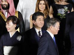 「物別れ」の直後に(安倍首相〈中央〉の前を歩く韓国の文在寅大統領〈右〉6月28日のG20首脳会議)