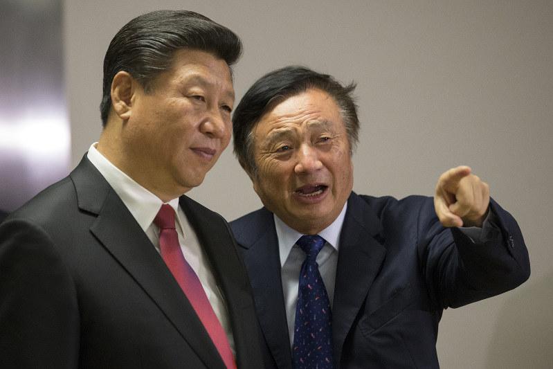 中国の習近平国家主席を案内するファーウェイ創業者の任正非氏(右)。ロンドンの同社事務所で(Bloomberg)