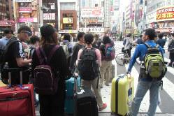 繁華街の外国人旅行客(筆者撮影)