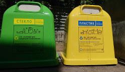 ガラス製品(左)とプラスチック製品に分けられたリサイクル用の容器(筆者撮影)