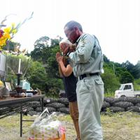 道目木集落の犠牲者を悼む人たち=福岡県朝倉市で2019年7月5日午前10時36分、津村豊和撮影