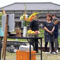 集落に設けられた祭壇を前に、犠牲者をしのぶ人たち=福岡県朝倉市で2019年7月5日午前10時31分、津村豊和撮影