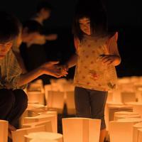 地域の復興を願って灯籠に火をともす人たち=福岡県朝倉市で2019年7月5日午後8時5分、津村豊和撮影