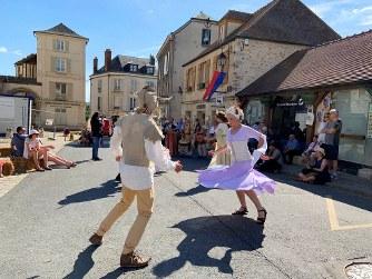 真夏日となった6月2日、中世祭りで踊る人々。パリから南西に60キロの街、ドーダンで=筆者撮影