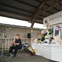 駅猫おさむのお別れ会で、おさむの好きだった曲を演奏するみなと源太さん=茨城県ひたちなか市の那珂湊駅で2019年7月6日午後1時23分、米田堅持撮影
