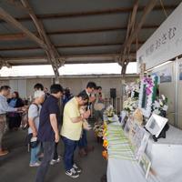 駅猫おさむのお別れ会で献花をする人たち=茨城県ひたちなか市の那珂湊駅で2019年7月6日午後1時31分、米田堅持撮影