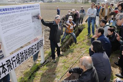 説明板の除幕式で解説する高野真幸さん=奈良県天理市で2019年4月13日、矢追健介撮影