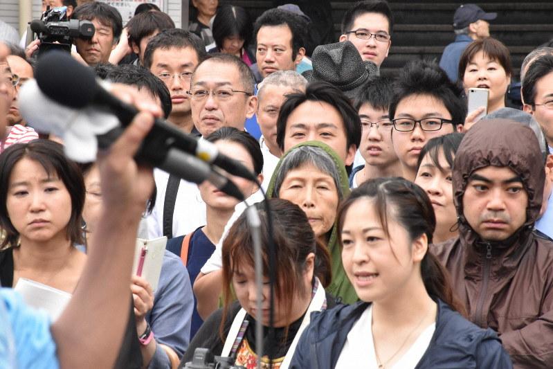 演説に真剣に聞き入る人たち=さいたま市のJR大宮駅東口で2019年7月7日、須藤孝撮影