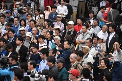 選挙演説を聞く人たち=さいたま市のJR大宮駅東口で2019年7月7日、須藤孝撮影