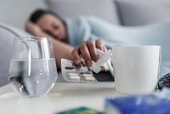睡眠薬を飲もうとする女性