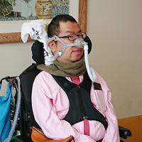 自立生活の様子を映像化して「重度障害者も自立生活が送れることを知ってほしい」と語る藤原勝也さん=兵庫県西宮市で、桜井由紀治撮影