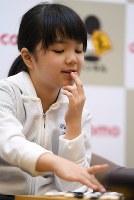 Sumire Nakamura reflects on her winning match against Chieko Tanaka at the Kansai Office of the Nihon Ki-in in Osaka's Kita Ward on July 8, 2019. (Mainichi/Rei Kubo)