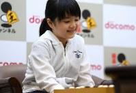Sumire Nakamura is seen before a Go game board at the Kansai Office of the Nihon Ki-in in Osaka's Kita Ward on July 8, 2019. (Mainichi/Rei Kubo)