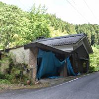一部がブルーシートで覆われたままの保見光成被告の家=山口県周南市金峰で、平塚裕介撮影