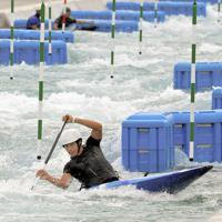 カヌー・スラロームセンターが完成し、式典のデモンストレーションでカヌーを操る羽根田卓也=東京都江戸川区で2019年7月6日、手塚耕一郎撮影