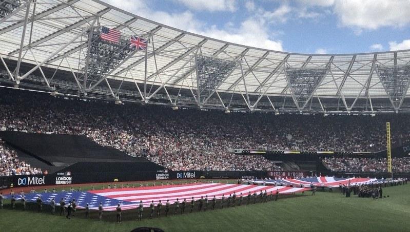 試合前のセレモニー。米国と英国の国旗を広げ、双方の国歌を演奏した=ロンドンで6月30日、三沢耕平撮影