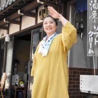 「かわさき」を踊る松浦芳美さん=郡上市八幡町本町の上田酒店で