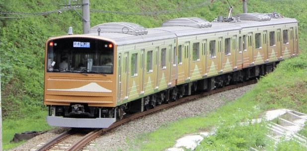 車体に金色の富士山 富士急行が開業90周年記念車両を運行 山梨 - 毎日新聞