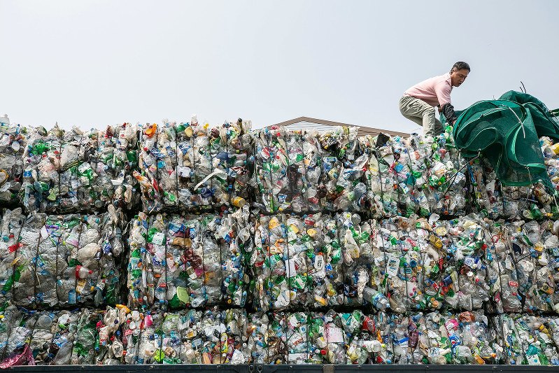 韓国の工場で積み上がったプラごみ。中国の廃プラ輸入禁止の影響は各国に及んだ