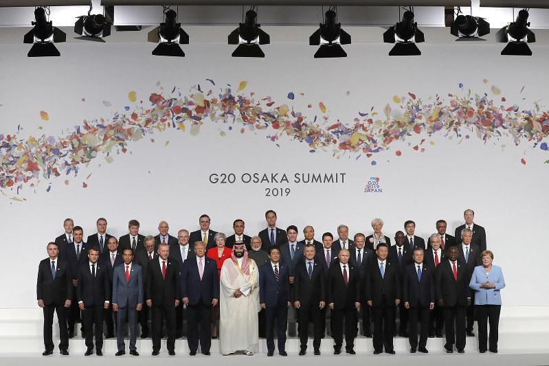 メルケル首相は前列右端に