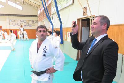 練習の様子を見学するケフヒシビリさん(左)とアタベガシビリさん