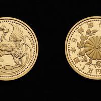 天皇陛下即位記念硬貨の1万円金貨(左が表)=大阪市北区の造幣局で2019年7月11日、大西達也撮影