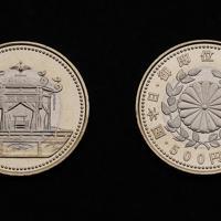 天皇陛下即位記念の500円硬貨(左が表)=大阪市北区の造幣局で2019年7月11日、大西達也撮影