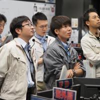 Gate3チェック後、降下中の「はやぶさ2」の様子を見守る運用チーム(c)ISAS/JAXA