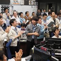 「はやぶさ2」が上昇に転じたことを確認した運用チーム(c)ISAS/JAXA