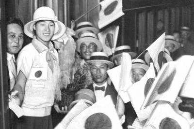 第2回国際女子競技大会に参加するため列車に乗り込む人見絹枝(左から2人目)=大阪駅で1926年7月8日撮影