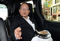 車の中で牛丼を食べる、平沢勝栄衆議院議員=東京都葛飾区で2019年7月11日午前11時10分、宮本明登撮影