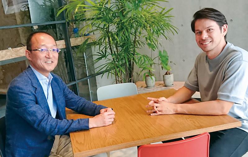 マネーツリーで外国人同僚と歓談する宮上さん(左)
